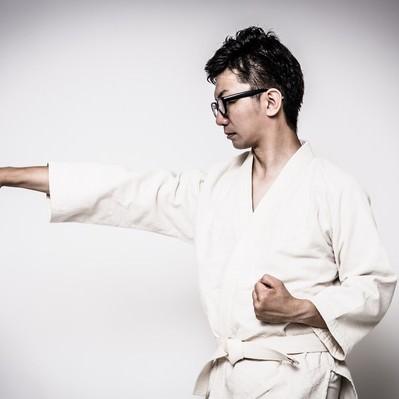 道着姿で正拳突きを繰り返す男性の写真