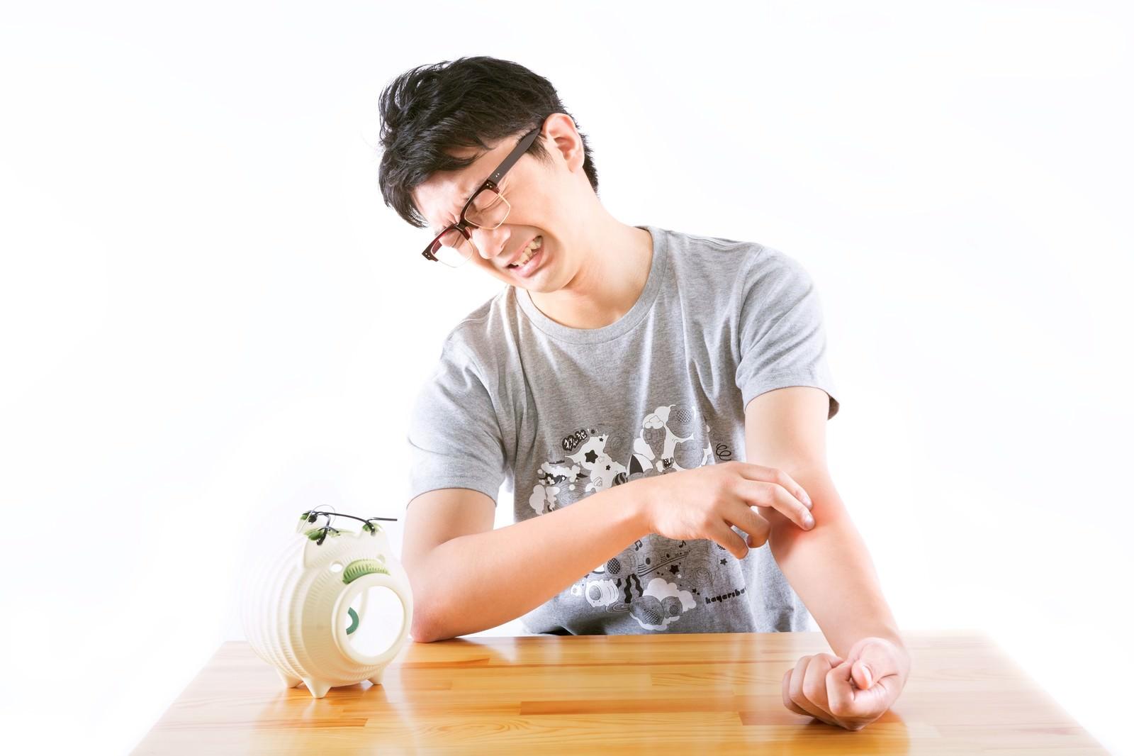 「かゆいところに手が届いた上ふちメガネ虫さされ男(O型)」の写真[モデル:OZPA]