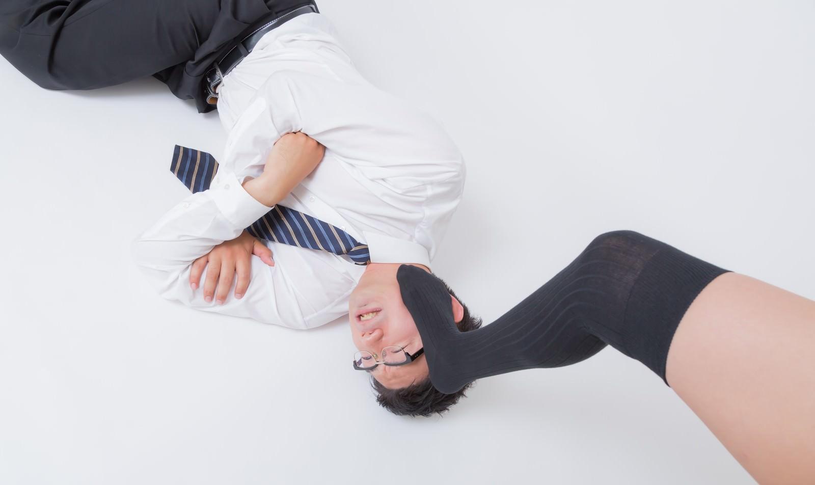 「オイタが過ぎて踏みつけられる男性」の写真[モデル:OZPA]