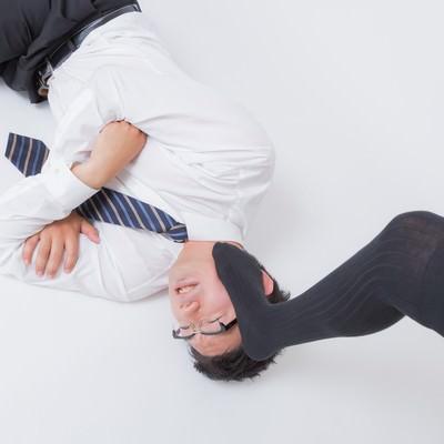 「オイタが過ぎて踏みつけられる男性」の写真素材