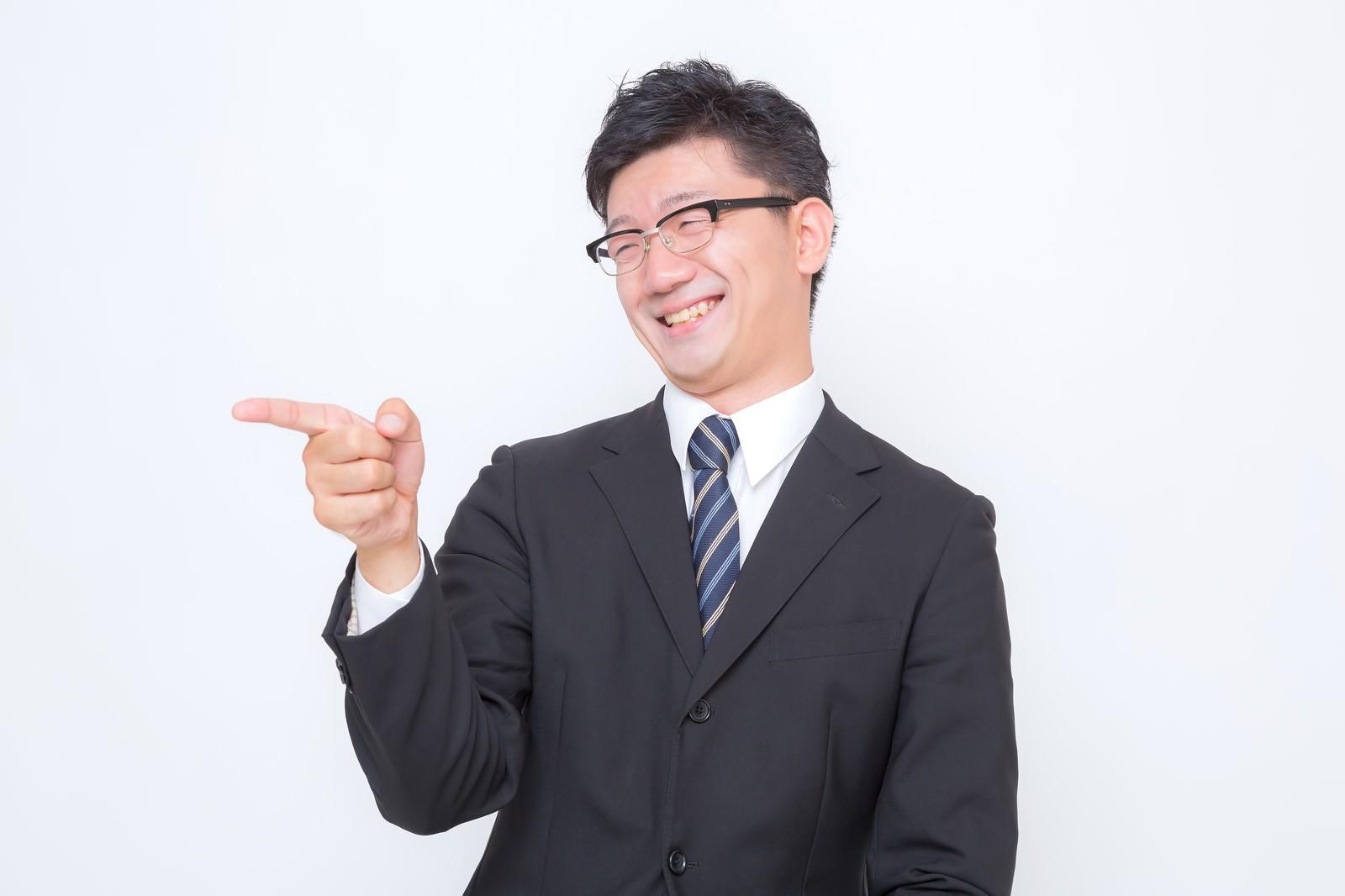 「「君面白いね!」っと指さすサラリーマン」の写真[モデル:OZPA]