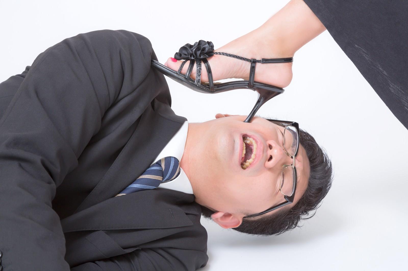 「ピンヒールでお仕置きされるスーツ姿の男性ピンヒールでお仕置きされるスーツ姿の男性」[モデル:OZPA]のフリー写真素材を拡大