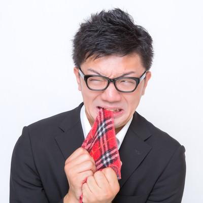 「悔しくてハンカチを噛む眼鏡男子」の写真素材