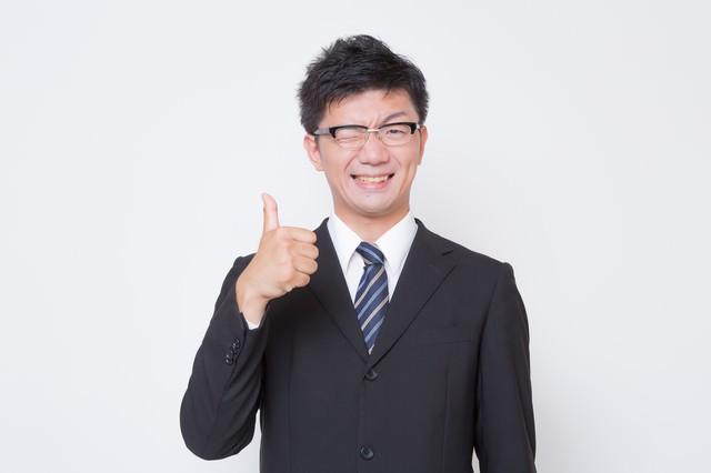 さわやかな表情で「いいね!」っとポーズする男性の写真