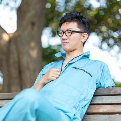 「公園のベンチで休憩する、やる気満々な作業員」の写真素材