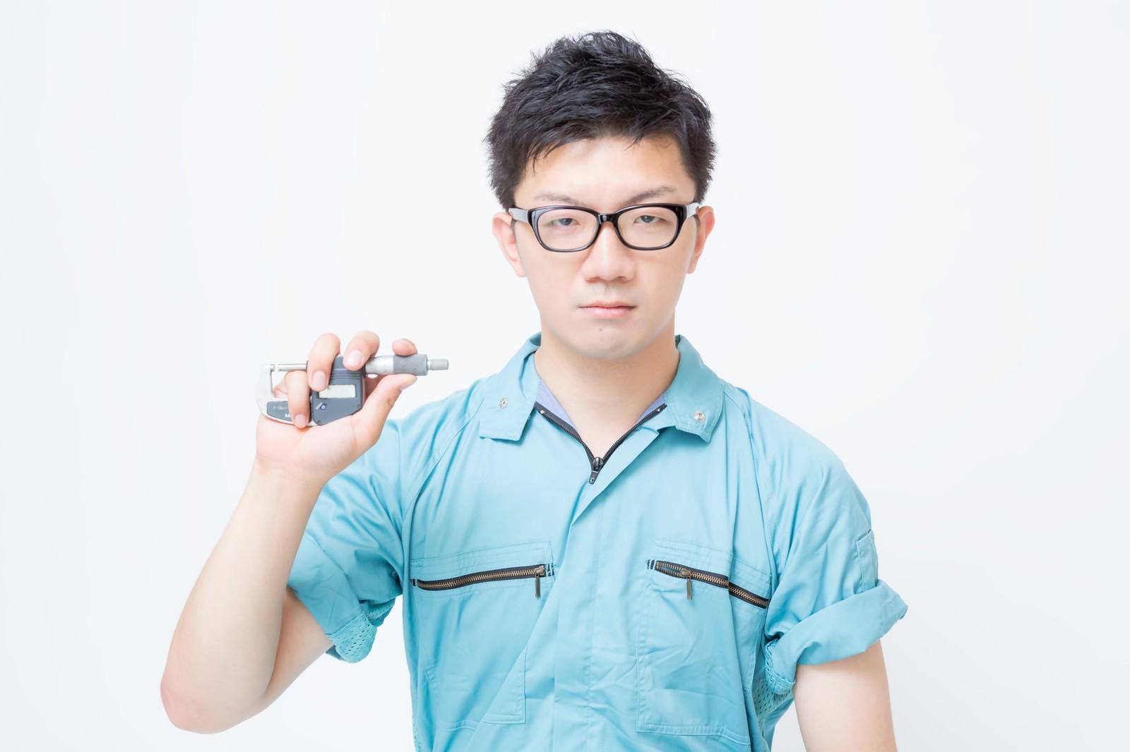 「マイクロメーターを持つ作業員」の写真[モデル:OZPA]