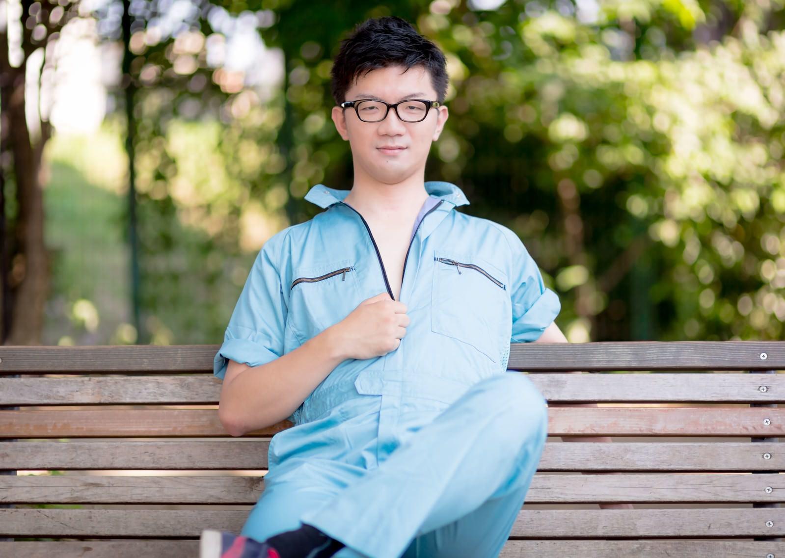 「現場仕事をやり終えた作業着姿の一人の若い男」の写真[モデル:OZPA]