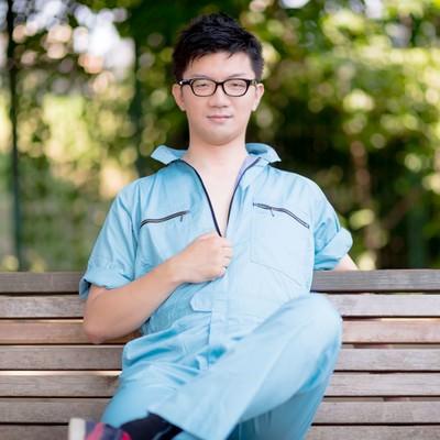 「現場仕事をやり終えた作業着姿の一人の若い男」の写真素材
