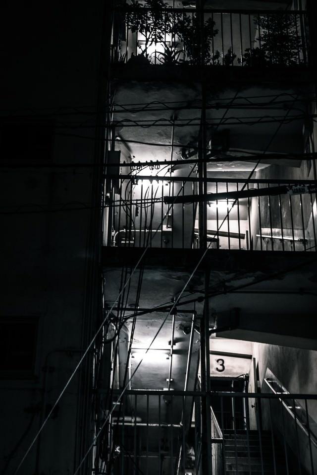 深夜のマンションの階段の写真