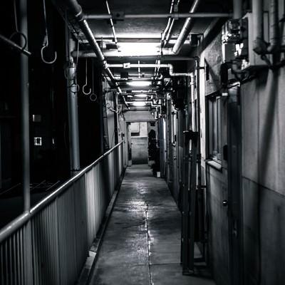 「仄暗いマンション」の写真素材