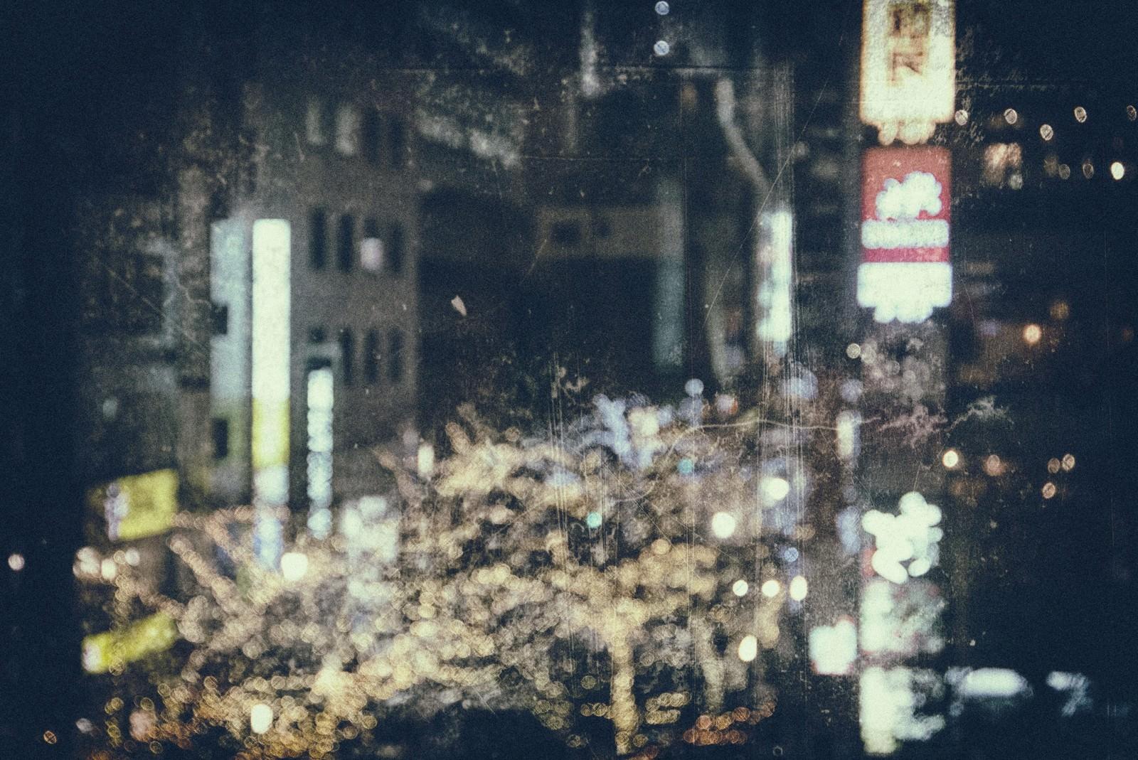 「ライトアップされた繁華街(フィルム)」の写真
