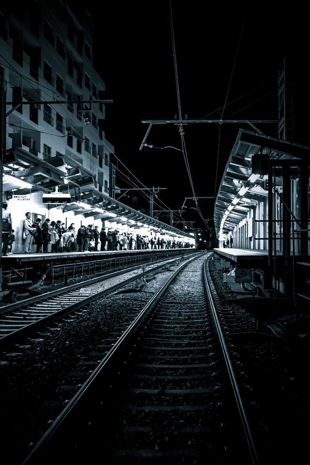 終電間際、混雑する駅構内の写真