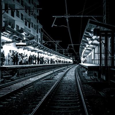 「終電間際、混雑する駅構内」の写真素材