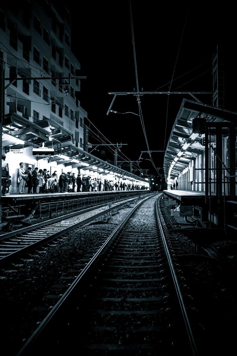 「終電間際、混雑する駅構内」の写真