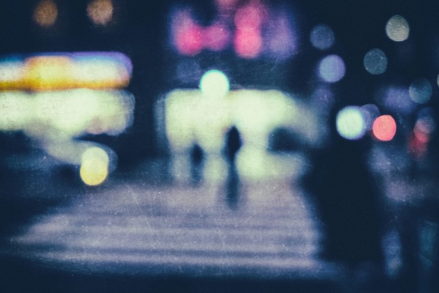 夜間のコンビニ前の横断歩道(ぼかし)の写真