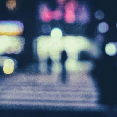「夜間のコンビニ前の横断歩道(ぼかし)」の写真素材