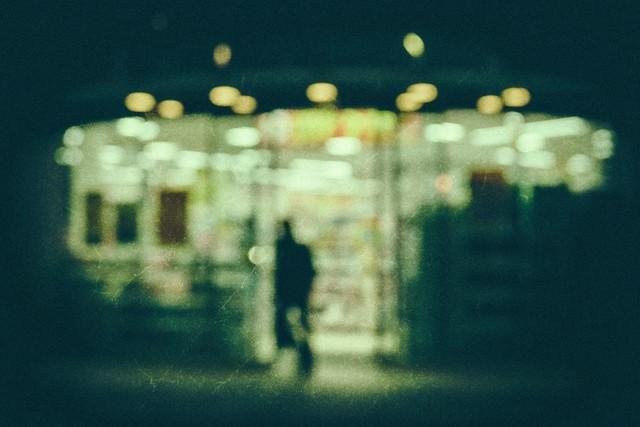 「深夜のコンビニ(ノイズ)」のフリー写真素材