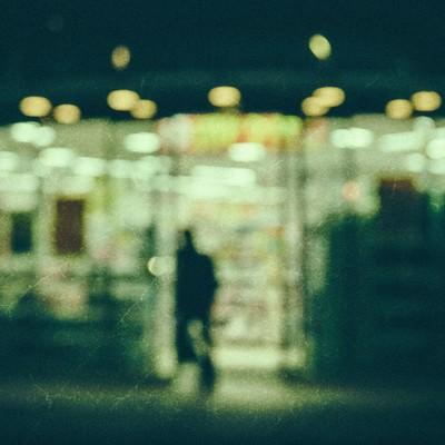 「深夜のコンビニ(ノイズ)」の写真素材