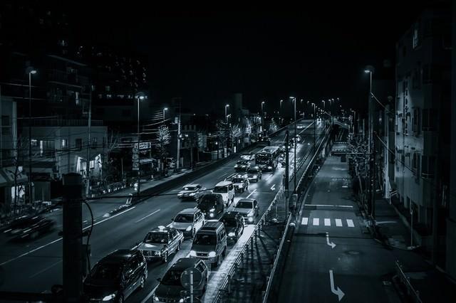 n 幹線道路(夜間)の写真