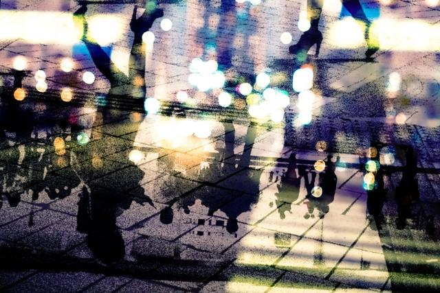 都会の喧騒を映すアスファルト(フォトモンタージュ)の写真