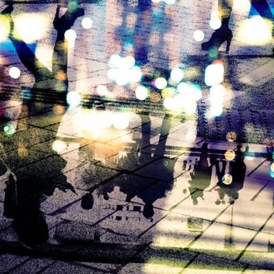 「都会の喧騒を映すアスファルト(フォトモンタージュ)」の写真素材