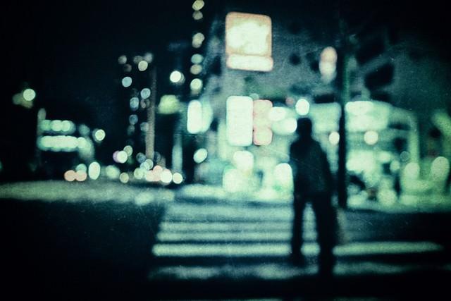 横断歩道を渡る人影の写真
