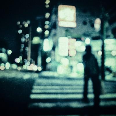 「横断歩道を渡る人影」の写真素材