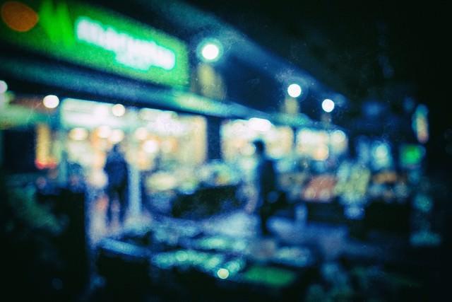 深夜営業のスーパー(ボケ)の写真