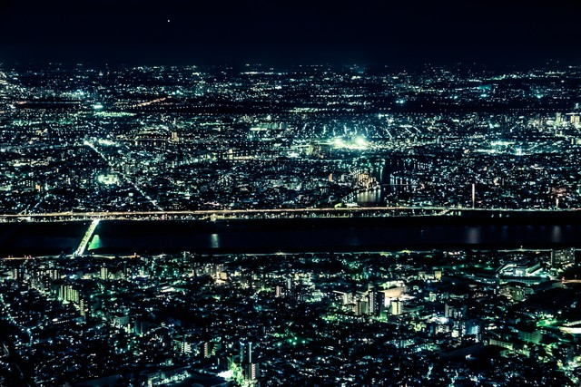 「光り輝く都会の夜景」のフリー写真素材