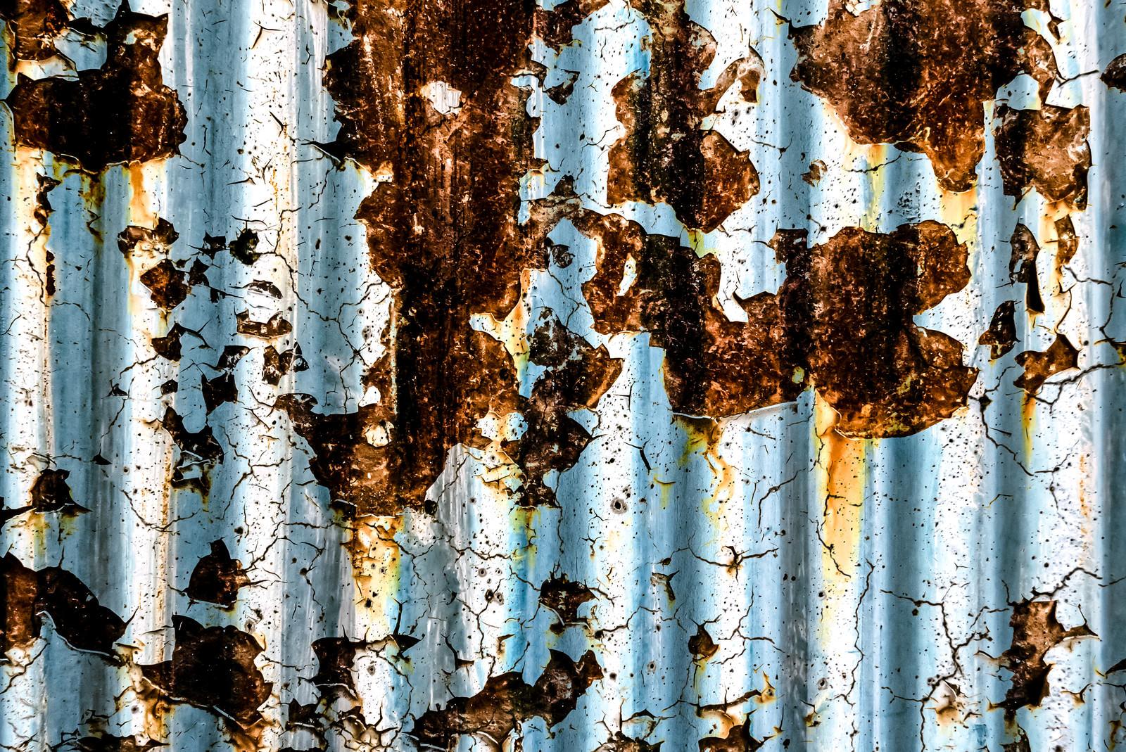 「錆びて劣化したトタンのテクスチャ」の写真
