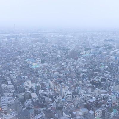 天候が悪い街並みの写真