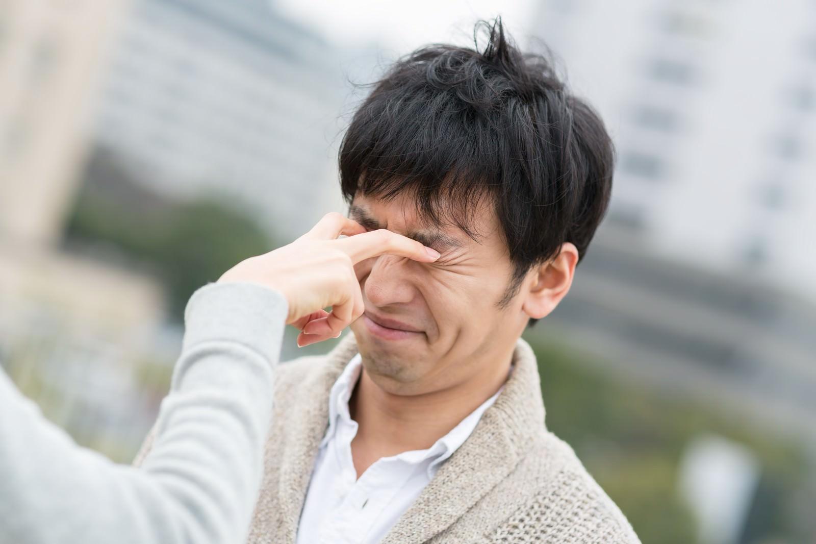 「恋人との喧嘩で目を潰される男性恋人との喧嘩で目を潰される男性」[モデル:大川竜弥]のフリー写真素材を拡大