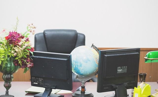 偉そうな椅子と机の写真
