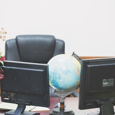「偉そうな椅子と机」の写真素材