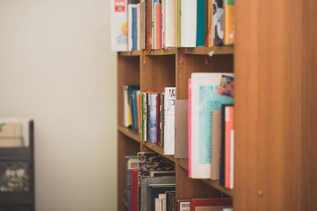 乱雑に置かれた図書館の本棚の写真