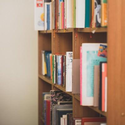 「乱雑に置かれた図書館の本棚」の写真素材