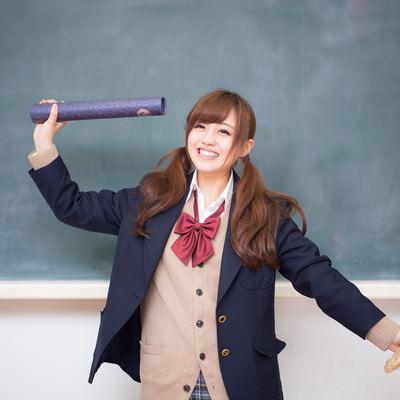 「卒業証書おめでとう女子高生」の写真素材