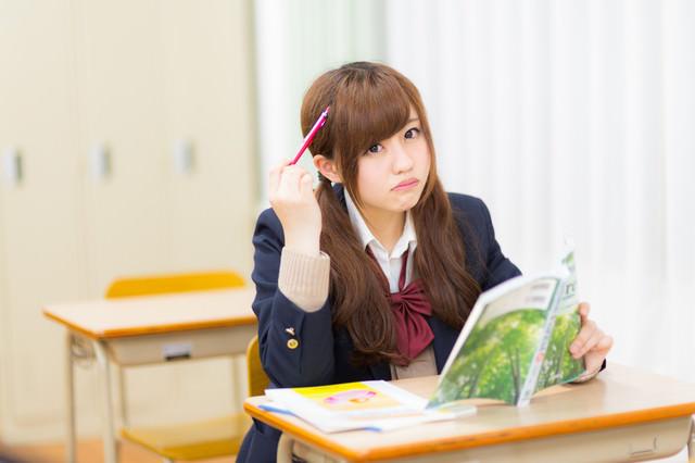 居残りで勉強する女子高生