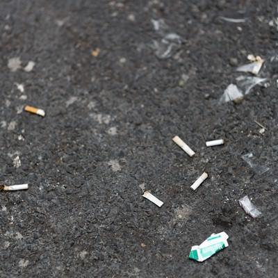 「ポイ捨てされたタバコとゴミ」の写真素材