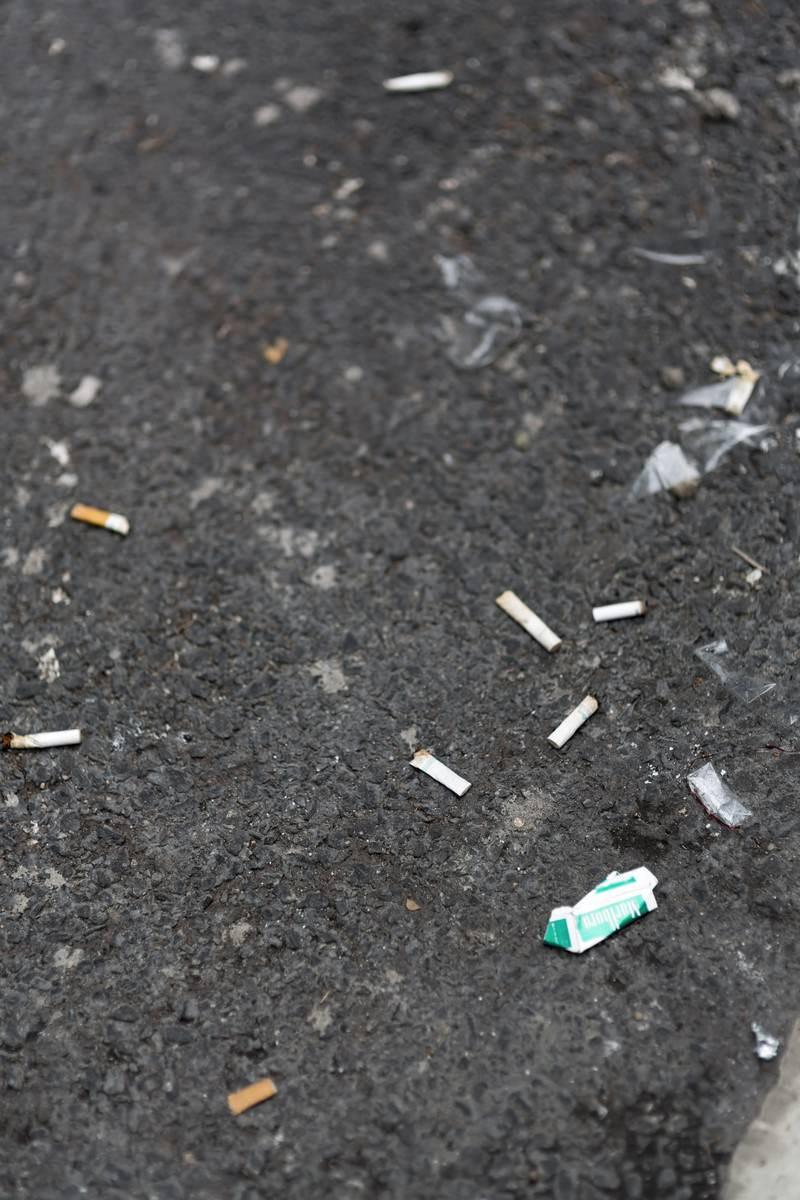 「ポイ捨てされたタバコとゴミ」の写真