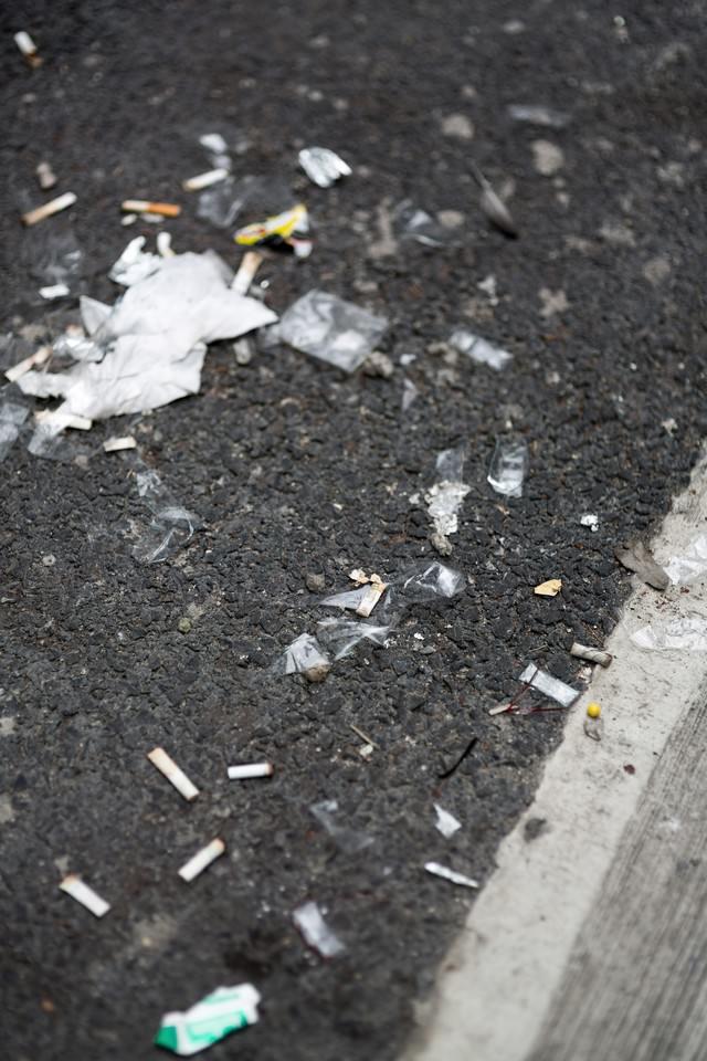 路地に捨てられた吸殻とゴミの写真