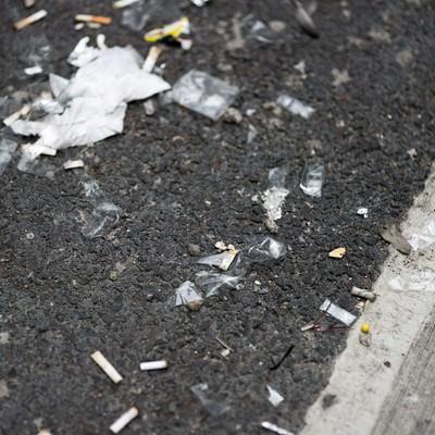 「路地に捨てられた吸殻とゴミ」の写真素材