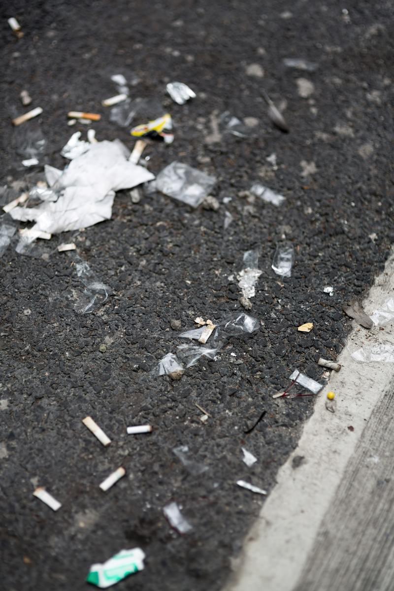 「路地に捨てられた吸殻とゴミ」の写真