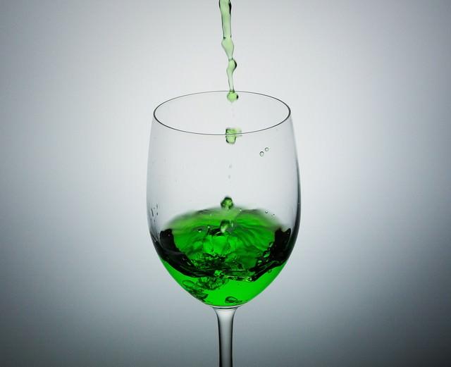 グラスに入った緑色の液体の写真