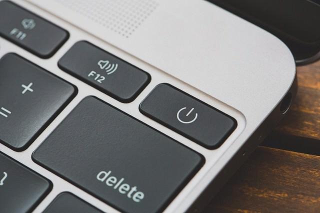 MBAの電源ボタン(ON・OFF)の写真