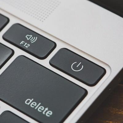 「MBAの電源ボタン(ON・OFF)」の写真素材