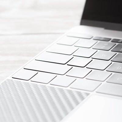 「自然光の光とノートパソコン」の写真素材
