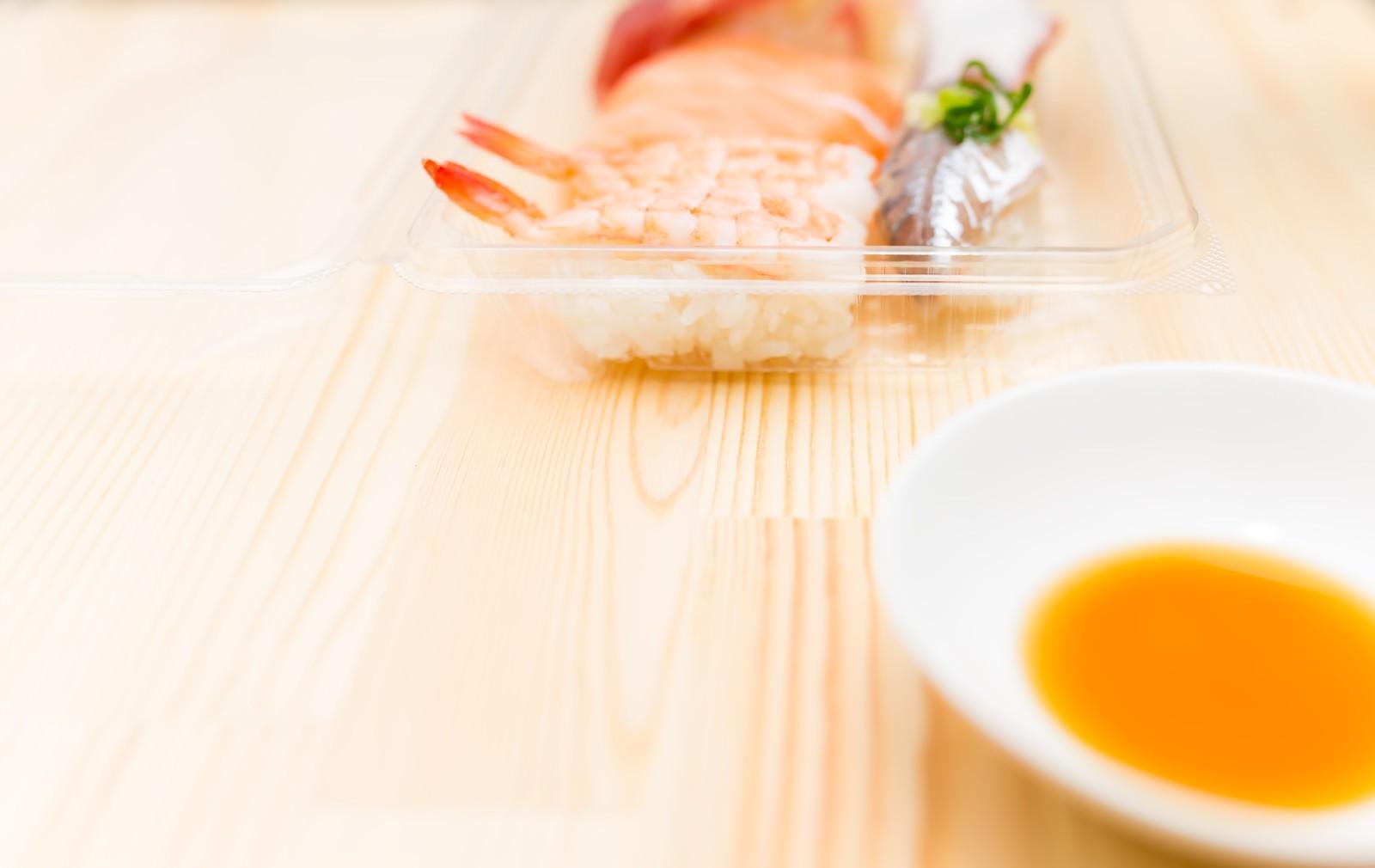 「パックに入ったセール品の寿司」の写真
