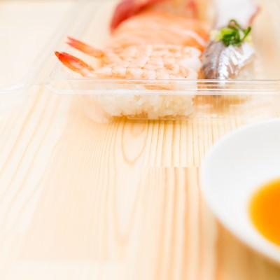 「パックに入ったセール品の寿司」の写真素材