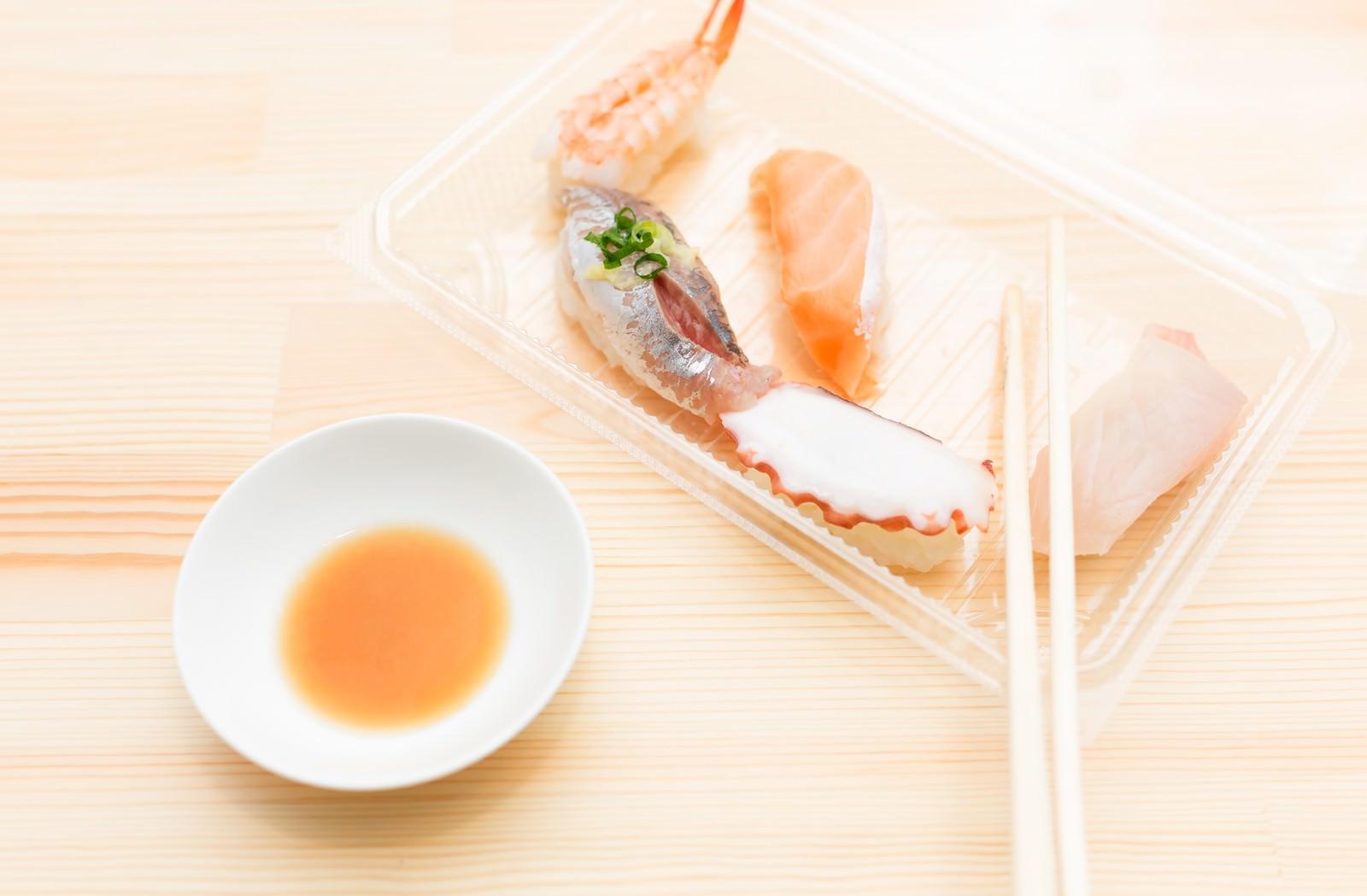「お持ち帰りしたお寿司を食べる」の写真